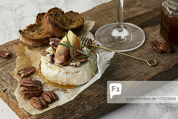 Baked brie with fresh figs and honey