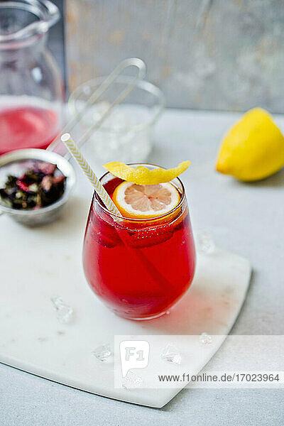 Selbstgemachter Eistee mit Zitronenscheibe im Glas