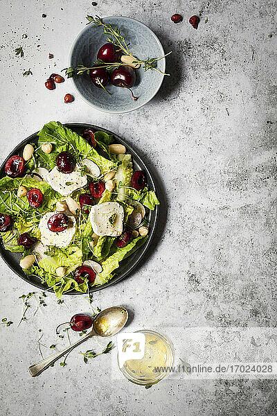 Blattsalat mit Kirschen  Mandeln und Ziegenkäse