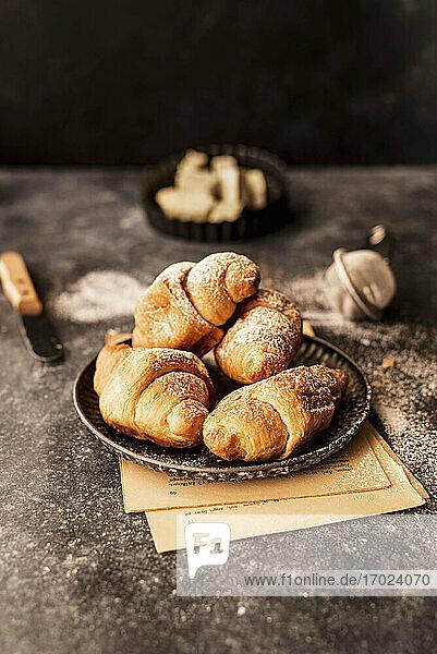 Buttercroissants mit Puderzucker