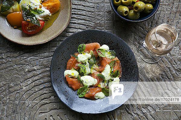 Lachs-Pastrami-Salat mit Tomaten und Oliven