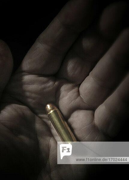 Nahaufnahme einer Hand  die eine Kugel hält