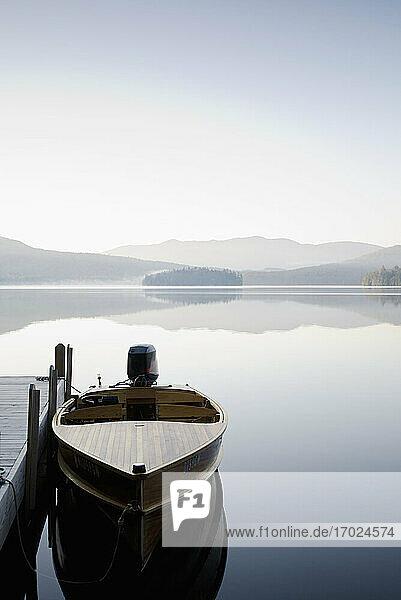 USA  New York  Lake Placid  Motorboot angedockt am See