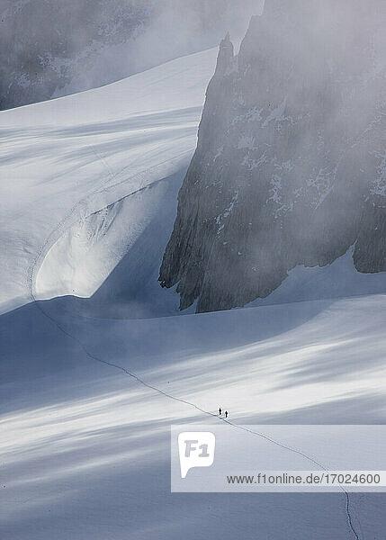 Frankreich  Haute-Savoie  Chamonix  Mont Blanc  Bergsteiger auf Gletscher im Mont Blanc Massiv