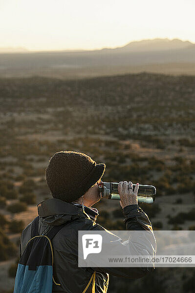 USA  New Mexico  Lamy  Galisteo Basin Preserve  Wanderin macht Pause im Galisteo Basin Preserve
