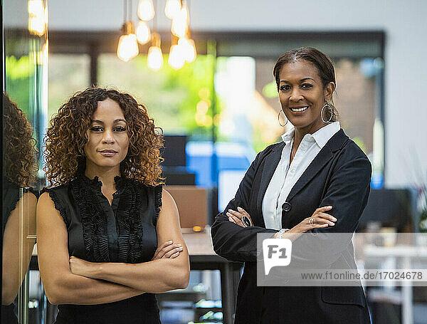 Porträt von zwei Geschäftsfrauen im Büro