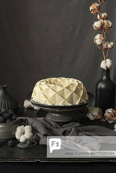 Weißer Schokoladen-Kranzkuchen auf Kuchenständer