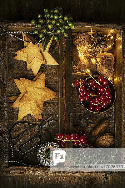 Sternplätzchen und rote Johannisbeeren zu Weihnachten