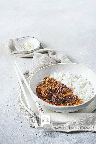 Fleischbällchen in rotem Curry mit Reis