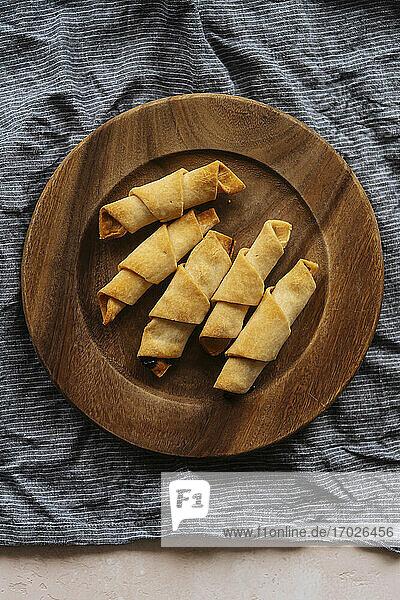 Knusprige Croissants auf Holzteller