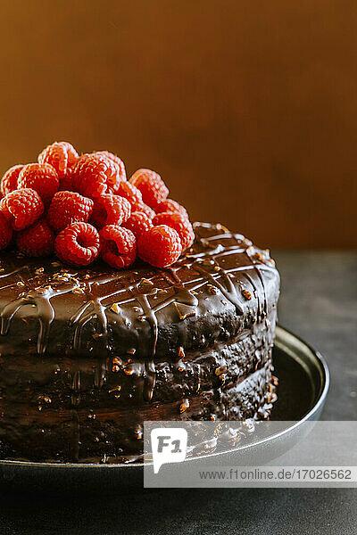 Schokoladenkuchen mit Dulce de Leche  Buttercreme  Ganache und Himbeeren