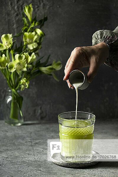 Grüner Smoothie mit Apfel  Gurke und Sellerie