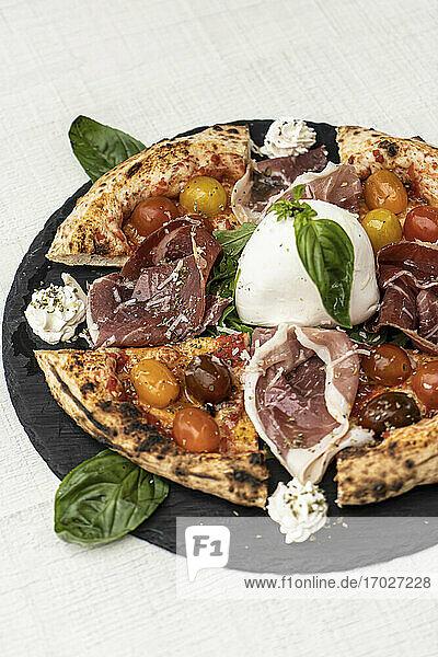 Gegrillte Cornicione-Pizza mit Tomaten  Schinken und Mozzarella