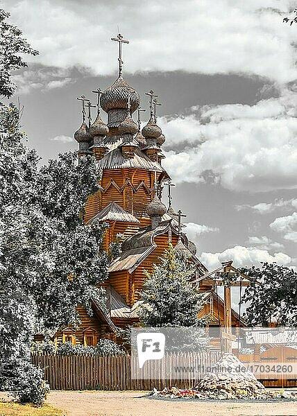 Swjatogorsk  Ukraine. Hölzerne Allerheiligen-Skete  ein Teil der Swjatogorsker Lawra in der Ukraine  an einem sonnigen Sommertag.