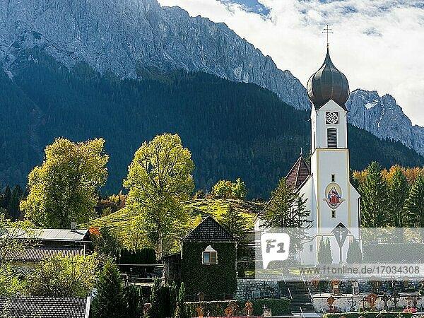 Kirche St. Johannes der Taeufer  im Hintergrund die Zugspitze. Dorf Grainau bei Garmisch-Partenkirchen und Zugspitze im Wettersteingebirge. Europa  Mitteleuropa  Deutschland.