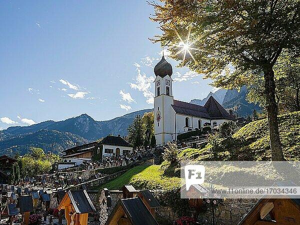 Kirche St. Johannes der Taeufer. Dorf Grainau bei Garmisch-Partenkirchen und Zugspitze im Wettersteingebirge. Europa  Mitteleuropa  Deutschland.