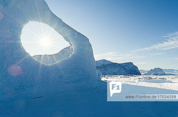 Im Winter in das Meereis des Uummannaq-Fjordsystems eingefrorene Eisberge im Nordwesten Grönlands  weit jenseits des Polarkreises. Nordamerika  Grönland  dänisches Gebiet.