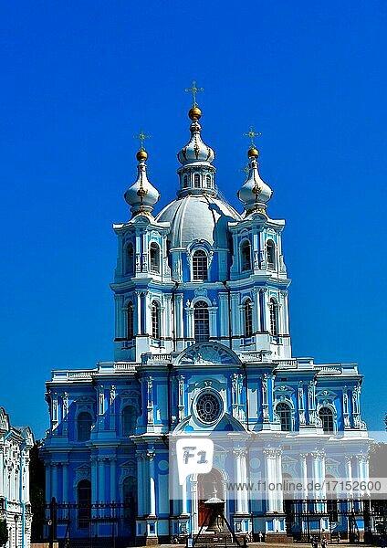 Wunderschöne Fassade des Smolny-Klosters. Rechter Flügel. Barocke Architektur. Architekt B. Rastrelli. St.Petersburg Russland