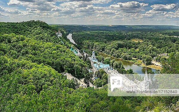 Svyatogorsk  Ukraine 07. 16. 2020. Blick von oben auf die Heilige Gebirgslawra der Heiligen Entschlafung in Swjatogorsk oder Swiatohirsk  Ukraine  an einem Sommertag.