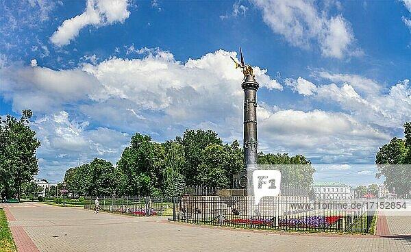Poltawa  Ukraine 07. 13. 2020. Die Säule des Ruhms erinnert an einem sonnigen Sommertag an den hundertsten Jahrestag der Schlacht von Poltawa in der Ukraine.