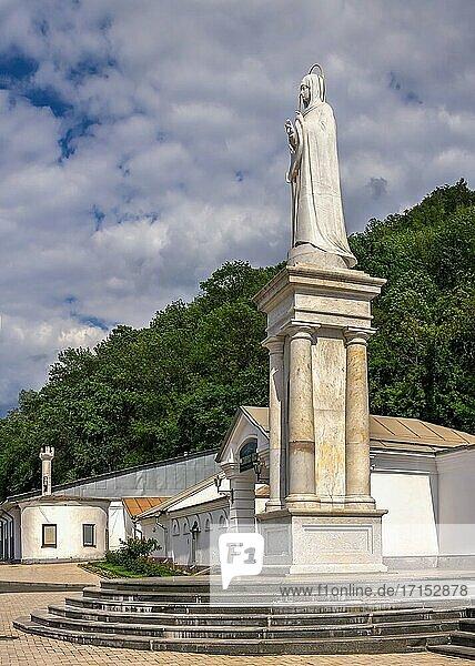 Svyatogorsk  Ukraine 07. 16. 2020. Denkmal für die Heilige Mutter Gottes in der Nähe der Lavra von Swjatogorsk oder Swiatohirsk an einem sonnigen Sommermorgen.
