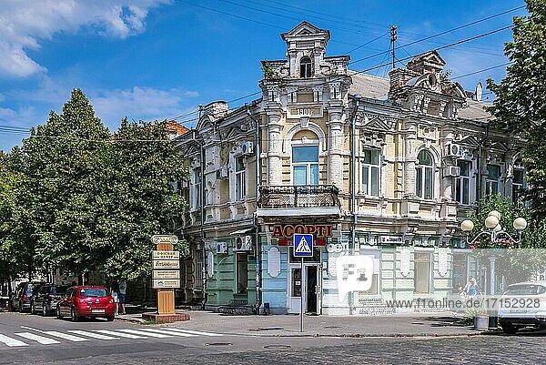 Poltawa  Ukraine 07. 13. 2020. Historische Gebäude in der Hauptfußgängerzone von Poltawa  Ukraine  an einem sonnigen Sommertag.