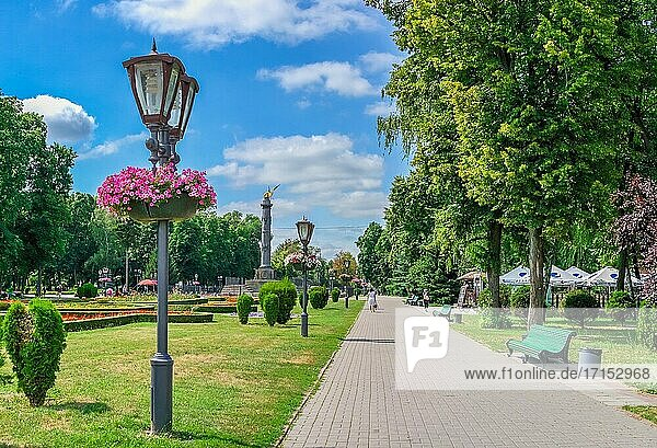 Poltawa  Ukraine 07. 13. 2020. Runder Platz im Zentrum von Poltawa  Ukraine  an einem sonnigen Sommertag.