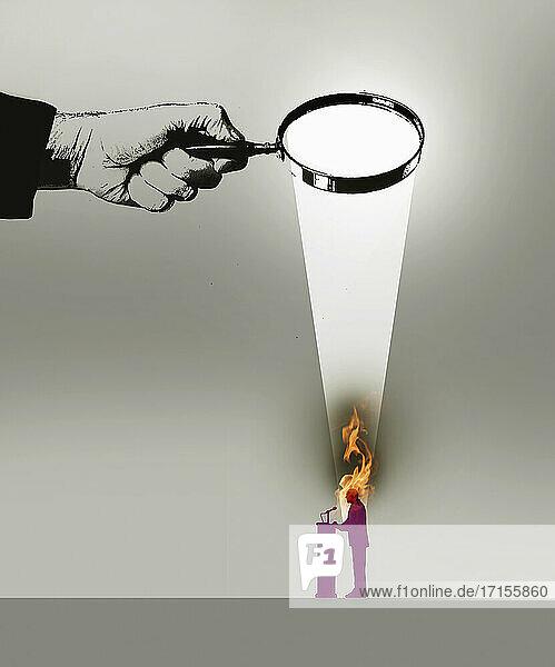 Politiker brennt unter Strahlen einer Lupe