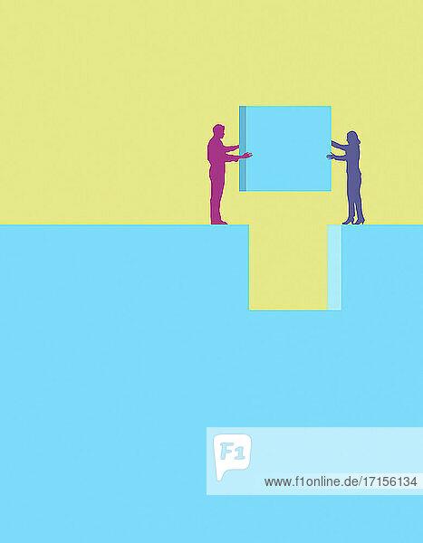 Kollegen arbeiten zusammen  um einen Block in die richtige Position zu bringen