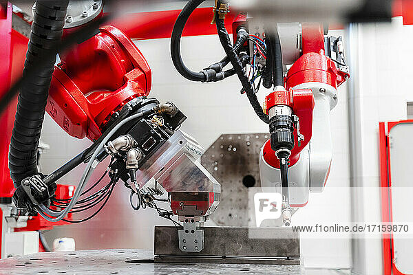 Nahaufnahme eines Schweißroboters in einer Fabrik