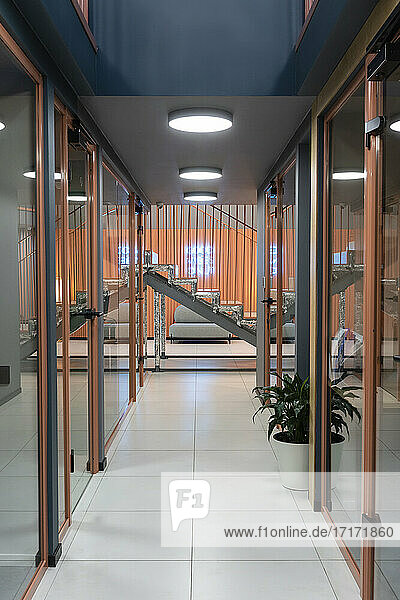Innenraum eines Korridors in einem modernen Büro Innenraum eines Korridors in einem modernen Büro