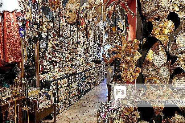 Geschaeft mit venezianischen Masken für venezanischen Karneval  Venedig  Venetien  Italien  shop with Venetian carnival masks for sale  Venice  Veneto  Italy 