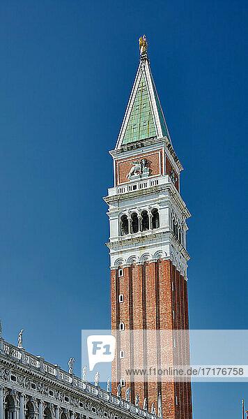 Markusturm auf dem Markusplatz  Glockenturm des Markusdom  Campanile di San Marco  Venedig  Venetien  Italien |St Mark's Campanile or St Mark's tower at Saint Mark's Square  bell tower of St Mark's Basilica  Campanile di San Marco  Venice  Veneto  Italy|