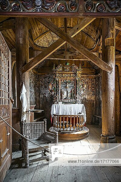 Innenraum und Altar der Stabkirche Urnes  romanische Kirche von ca. 1130  keltische Kunst mit Traditionen der Wikinger und Bauformen der Romanik  Vestland  Norwegen  Europa