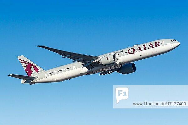 Ein Boeing 777-300ER Flugzeug der Qatar Airways mit dem Kennzeichen A7-BES auf dem Flughafen Frankfurt (FRA)  Frankfurt  Deutschland  Europa