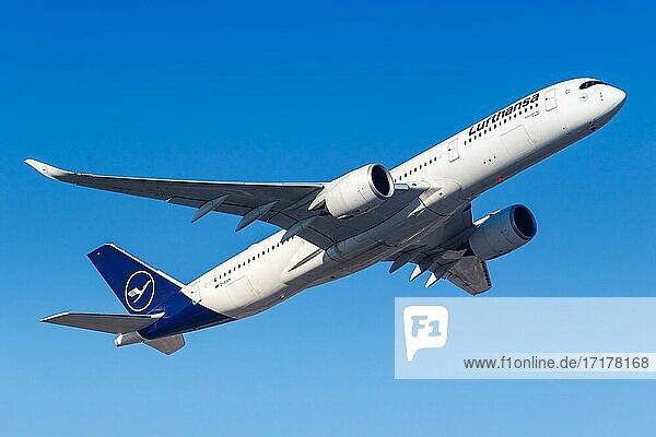 Ein Airbus A350-900 der Lufthansa mit dem Kennzeichen D-AIXM auf dem Flughafen Frankfurt (FRA)  Frankfurt  Deutschland  Europa