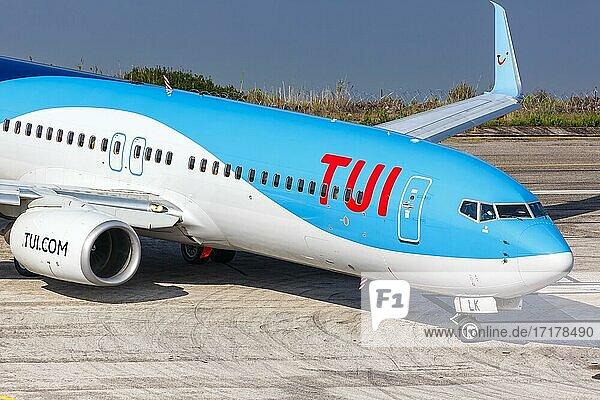 Eine Boeing 737-800 der TUI mit dem Kennzeichen D-AHLK auf dem Flughafen Korfu  Griechenland  Europa