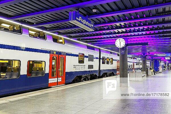 Siemens Desiro Double Deck Doppelstock Zug S-Bahn Zürich im Bahnhof Flughafen (ZRH) in der  Zürich  Schweiz  Europa