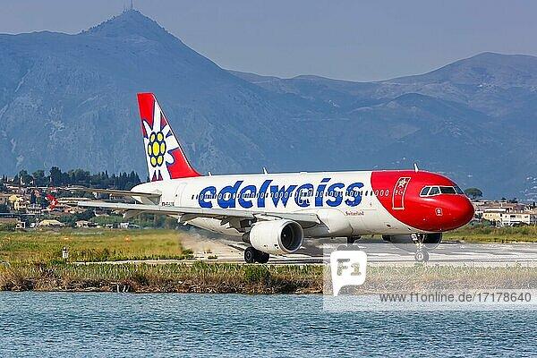 Ein Airbus A320 Flugzeug der Edelweiss mit dem Kennzeichen HB-IJW auf dem Flughafen Korfu (CFU)  Korfu  Griechenland  Europa