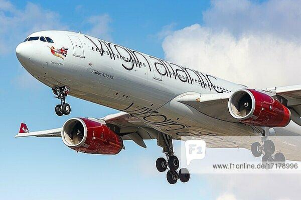 Ein Airbus A330-300 der Virgin Atlantic mit dem Kennzeichen G-VGEM landet auf dem Flughafen London Heathrow  Großbritannien  Europa