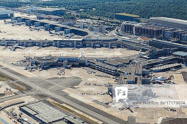Luftbild Terminal 1 und Lufthansa Flugzeuge am Flughafen Frankfurt FRA während des Coronavirus Corona Virus COVID-19 in Frankfurt  Deutschland  Europa