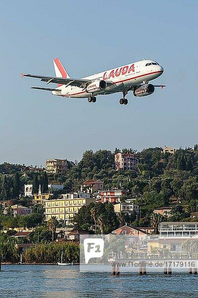 Ein Airbus A320 Flugzeug der Lauda mit dem Kennzeichen OE-LOB auf dem Flughafen Korfu (CFU)  Korfu  Griechenland  Europa