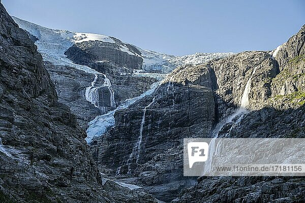 Wasserfälle an steilem Felshang  Kjenndalsbreen Gletscher  Loen  Vestland  Norwegen  Europa