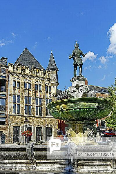 Marktplatz am Rathaus  historisch  Karlsbrunnen