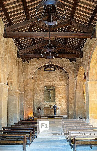 Corsignano  Italien  Das Kirchenschiff der Pfarrkirche der Heiligen Vito und Modesto  auch bekannt als Pieve di Corsignano