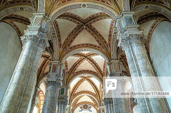 Pienza  Italien  Blick von oben auf die Decke des Kirchenschiffs der Dell'Assunta-Kathedrale