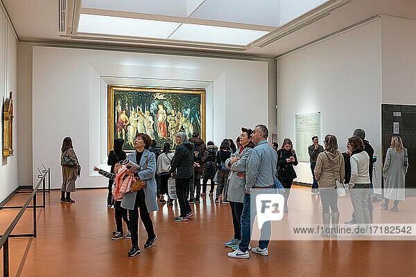 Florenz  Italien  Die Uffizien-Galerie  eine Besuchermenge im Saal mit Gemälden von Botticelli
