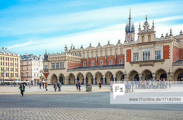 Krakau  Polen  Das lange Renaissance-Gebäude namens Tuchhalle auf dem Hauptmarkt