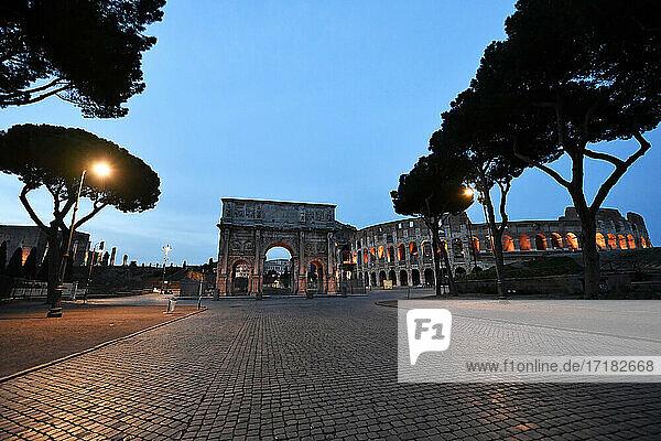 Italien  Latium  Rom  Kolosseum und Konstantinbogen
