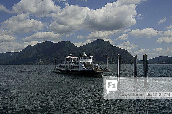 Europa  Italien  Piemont  Provinz Verbania  Lago Maggiore  Verbano See  Hafen für die Einschiffung von Autos auf der Fähre